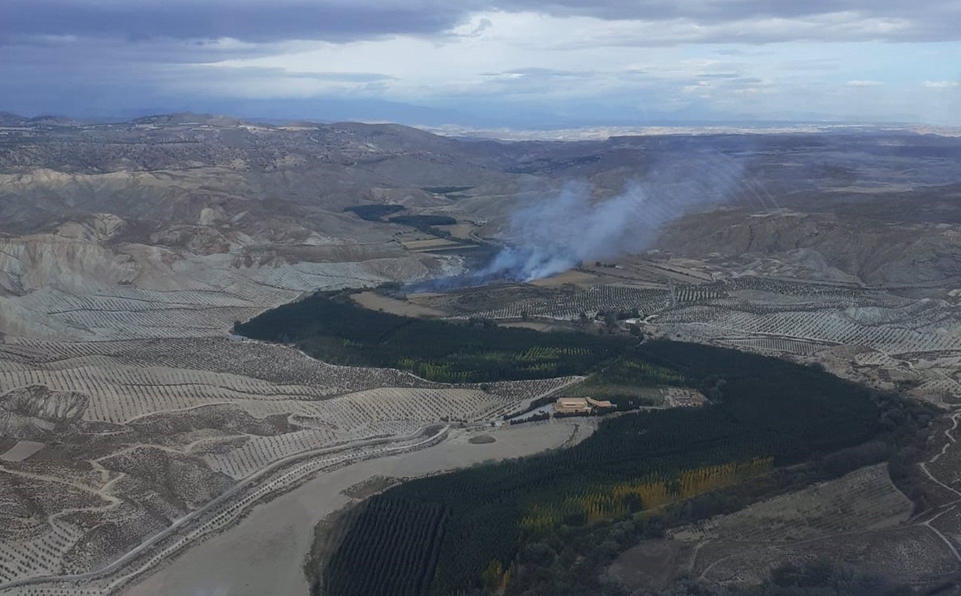 Dos helicópteros y 55 bomberos controlan el fuego declarado en Fonelas