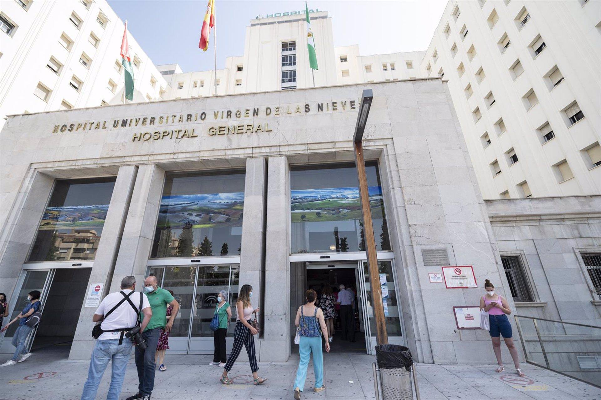 El choque fontral de dos vehículos en Granada capital provoca un muerto y una herida grave