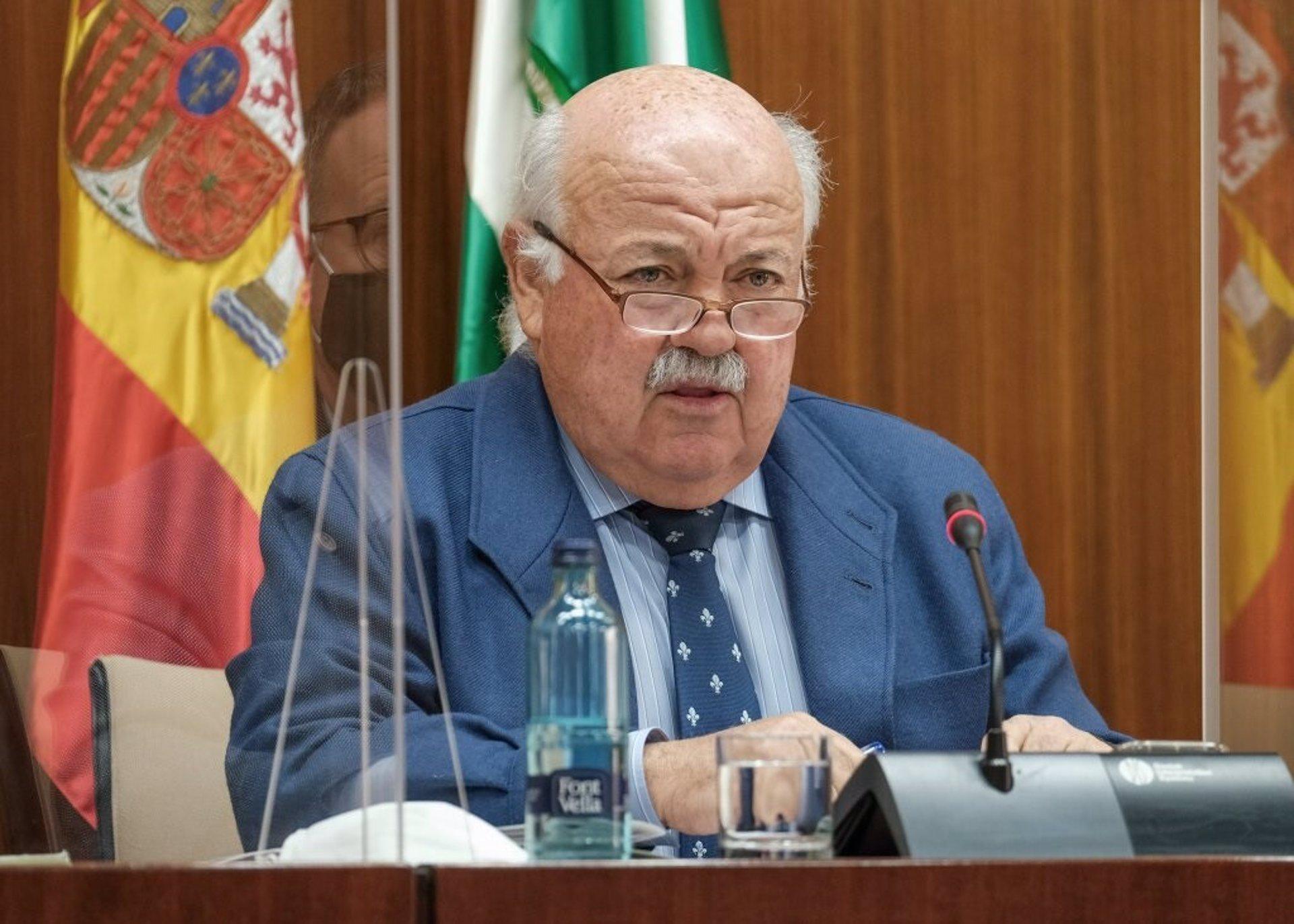 Aguirre destaca «el aumento en casi 24.000 sanitarios desde 2019» y Vox habla de condiciones laborales «asfixiantes»