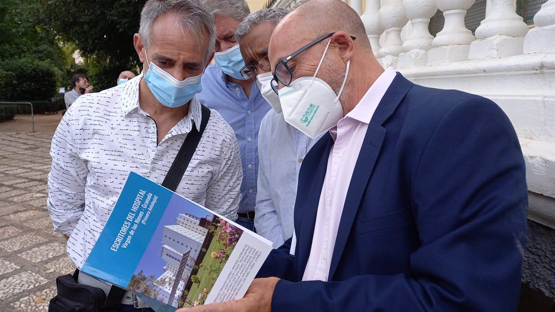 La biblioteca del Hospital Virgen de las Nieves añade 230 libros donados por asistentes a Feria del Libro