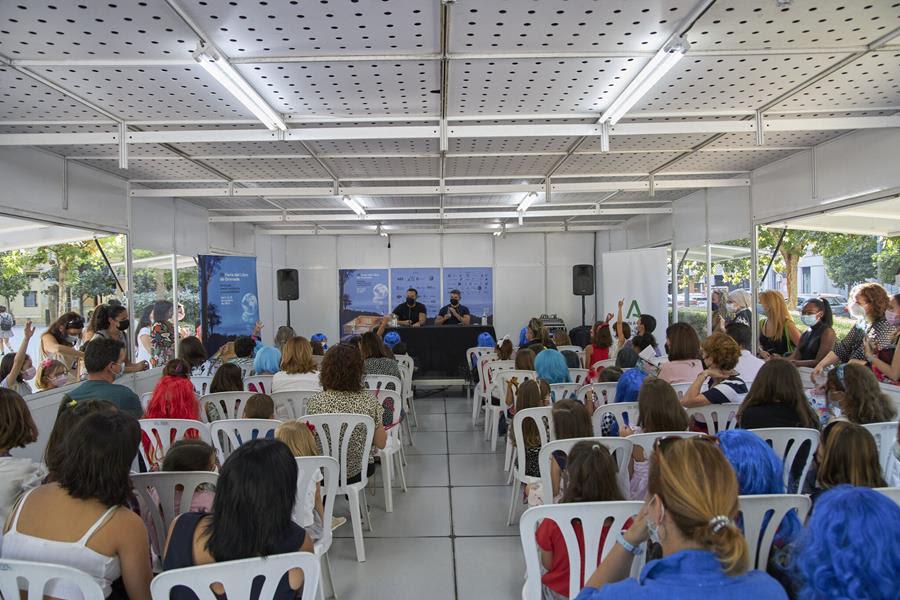 El homenaje a Claudio Magris, los Cuadernos de la Alhambra y el programa de charlas y mesas redondas dan la bienvenida a la semana en la Feria del Libro de Granada